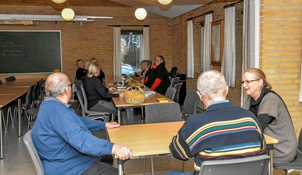 Der spilles kort ved det ene bord og snakkes og ordnes håndarbejde ved det andet bord. Foto: Mogens Lynge Mogens Lynge