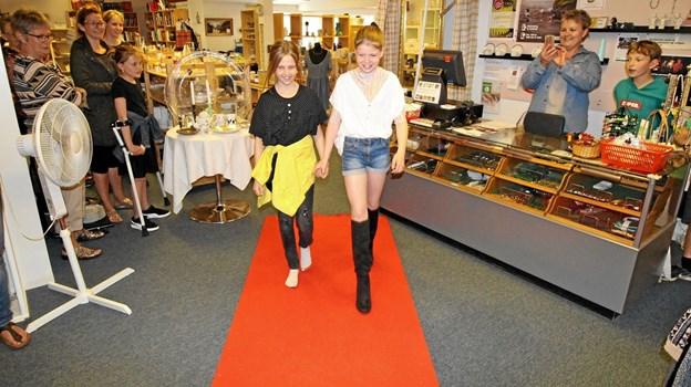 Piltene fra FDF Dronninglund optrådte som modeller og fremviste smart genbrugstøj ved modeshowet. Foto: Jørgen Ingvardsen