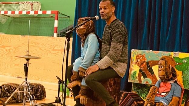 Søren Brynjolf lavede sjov og ballade med sine to aber og en tiger. Foto: Privat
