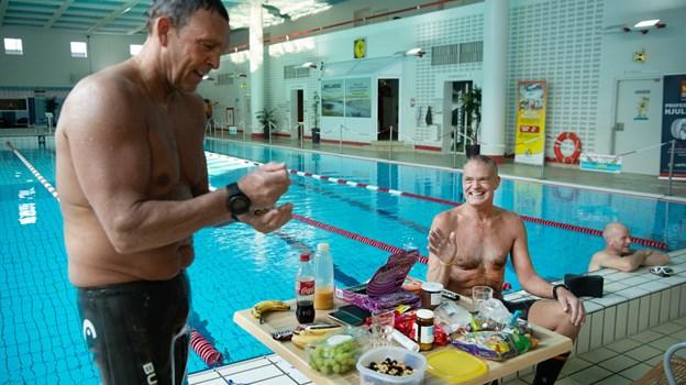 Svømmerne Anders Vestergaard, til venstre, og Per Kristensen har brug for masser af energi til deres lange svømmeture.