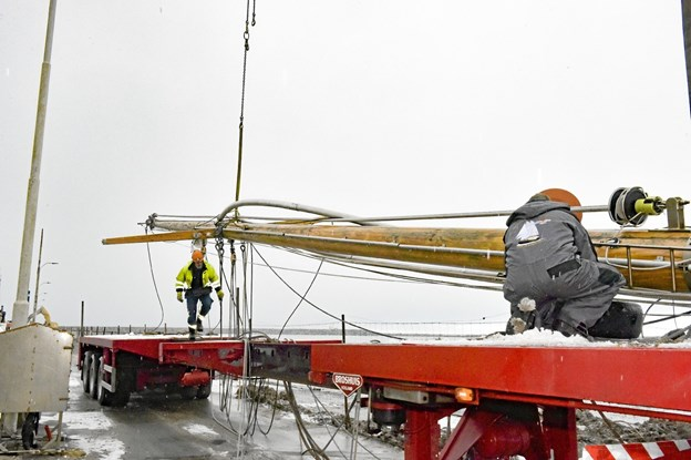 Den forreste mast er lagt ned. Den er i sin tid udvalgt og hentet i Rold Skov. Foto: Ole Iversen Ole Iversen