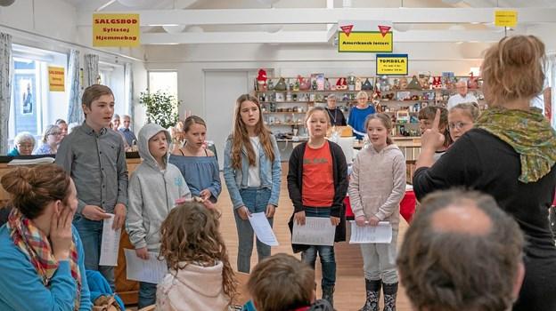 """Kirkekoret """"Rødderne"""" deltog i åbningen af årets basar, hvor de sang flere af efterårets salmer. Foto: Niels Helver Niels Helver"""