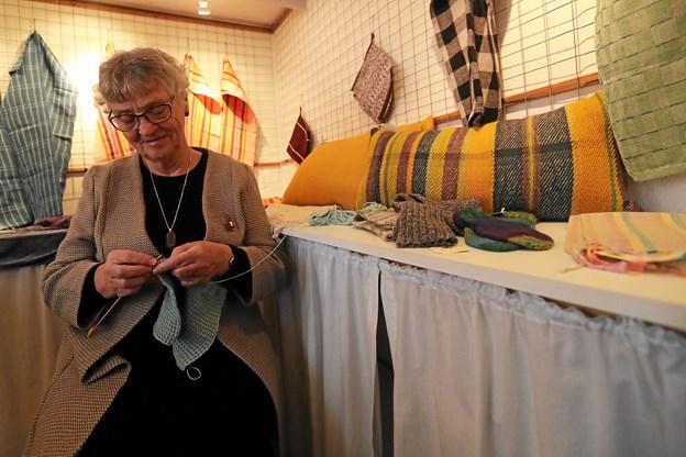 Arrangementet omfattede også flere arbejdende stande. Her er Kirsten Andersen i gang med strikketøjet. Foto: Allan Mortensen Allan Mortensen