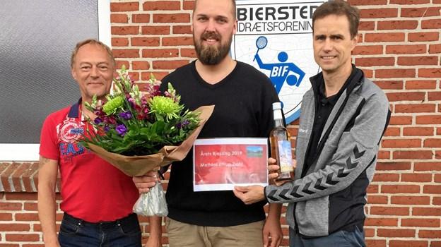 Mathias i midten fra SparNord er det Finn Bo Hansen, i den røde T-shirt er det Ole Fredegod, formand for Biersted Borgerforening. Privatfoto