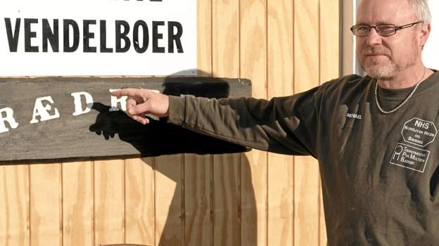 Skoleleder Michael Pedersen er klar til at byde nye medlemmer af Kreative Vendelboer velkommen på adressen Tverstedvej 23 i Uggerby. Der er stadig plads til nye trædrejere. Foto: Niels Helver