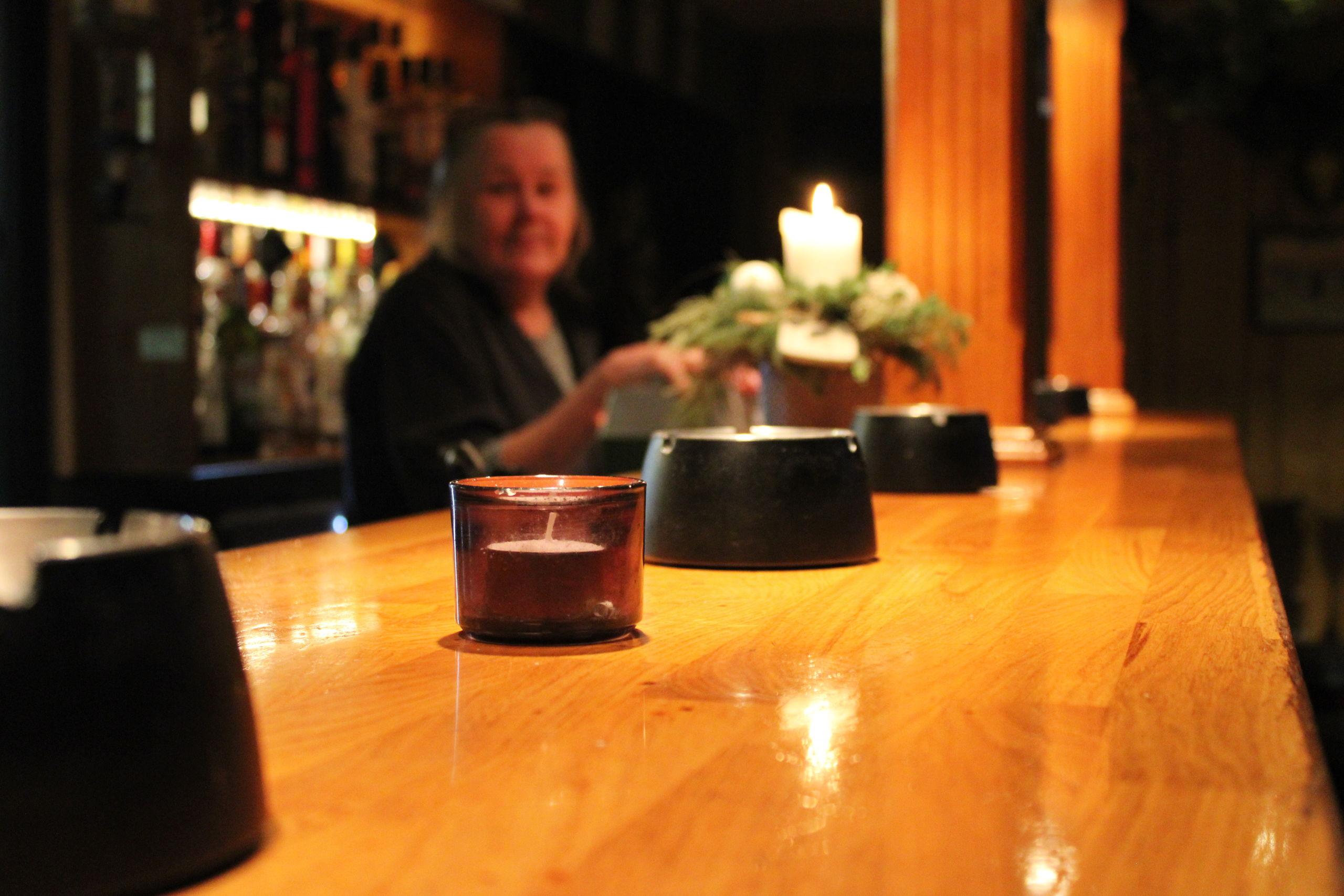 """Jægerstuen er traditionelt brunt værtshus. Bag baren finder man mange dage """"Birdie"""". Foto: Pauline Vink"""