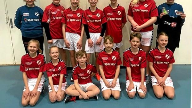 De dygtige U-12 håndboldspillere i det nye tøj. Foto: Privat