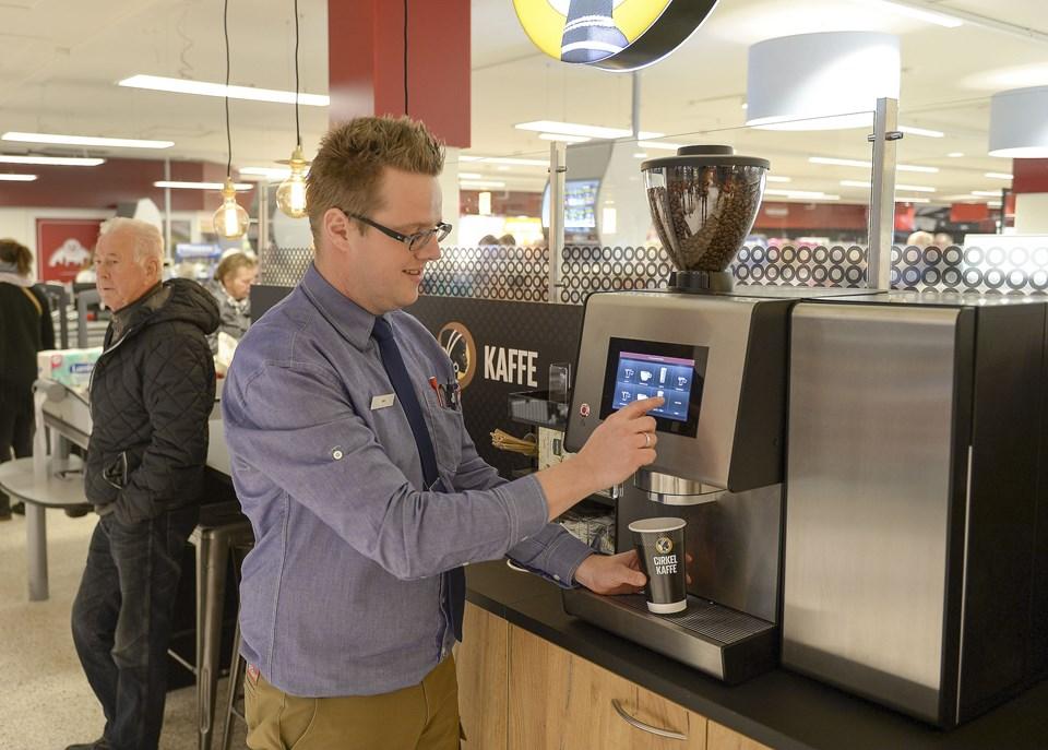 Brugsuddeler Max Kristensen var klar til at vise kunderne den nye butik. Blandt andet end lille kaffebar.