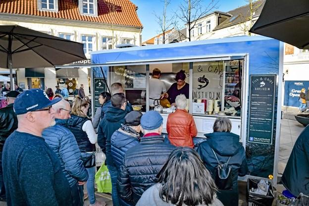 Køen var dog meget længere hos den nye rullende Fish & Chips butik fra Hanstholm, der stod på Storetorv for første gang. 70-80 portioner i timen i flere timer gav sved på panden hos Lille og store Folle og hos Agnete. Ole Iversen