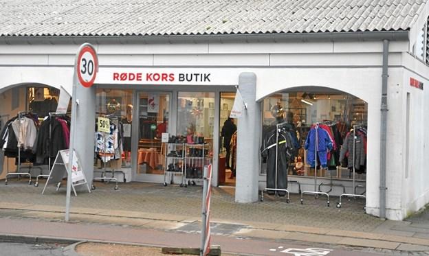 Røde Kors butikkerne udgør ved hjælp af de mange frivillige en solid basis for afdelingens flotte økonomi. Her er det butikken i Hjallerup, som til oktober flytter til den nuværende møbelforretning i centret. Foto: Ole Torp Ole Torp