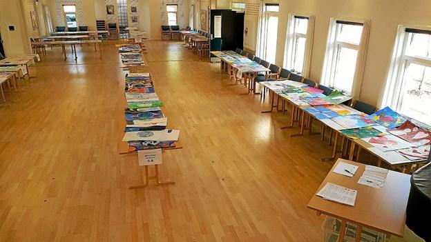 De mange kunstværker ligger klar til dommernes og publikumsbedømmelse. Foto: Viggo Jørgensen