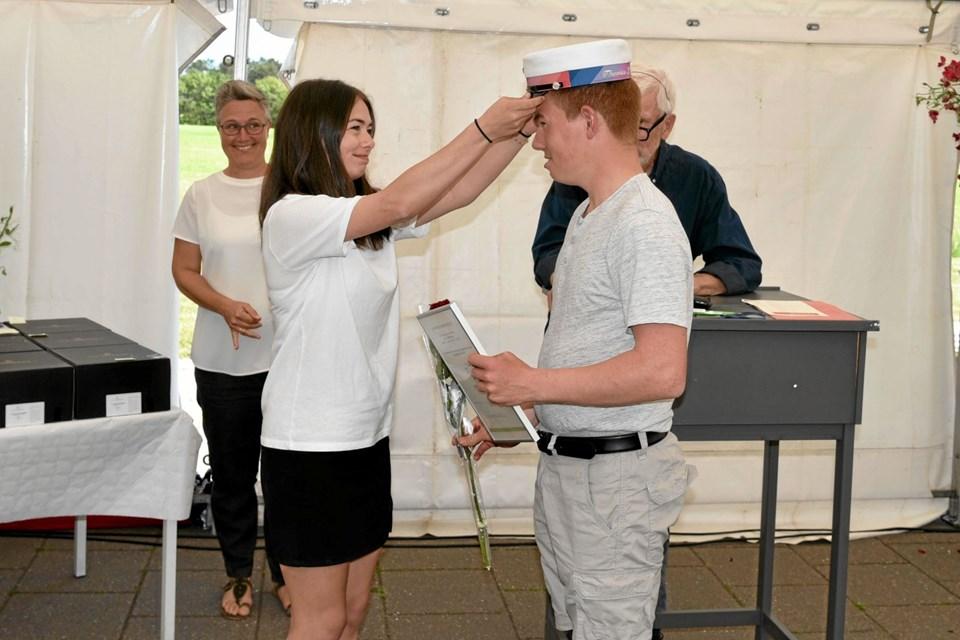 Lillesøster Cecilie sætter huen på Thomas Rasmussens hoved. Foto: Niels Helver Niels Helver