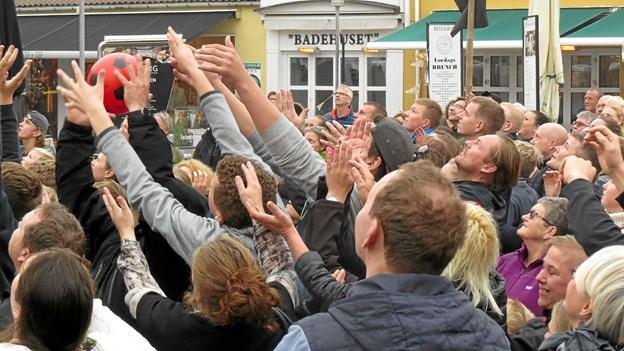 Der var begejstring og koncentration da der blev kastet fodbolde ud fra Sky Lounge hos Restaurant Søborg. Foto: Kirsten Olsen