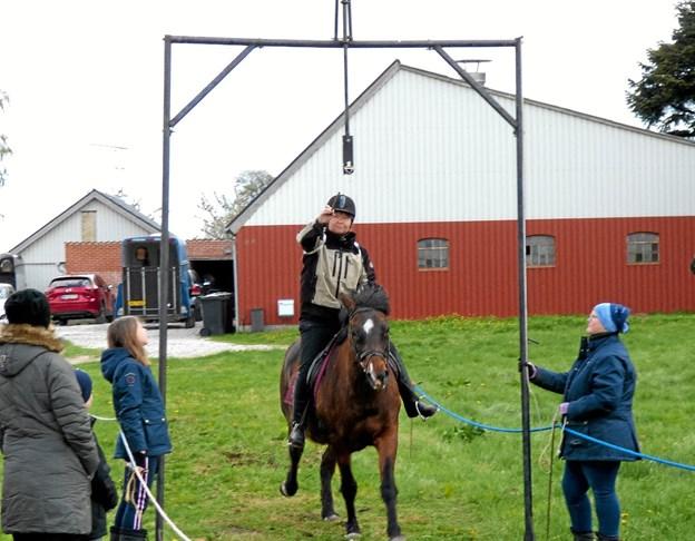 Hesten skal være i galop, når rytteren nærmere sig galgen, men så er det også svært at fange den lille ring. Foto: Ejlif Rasmussen