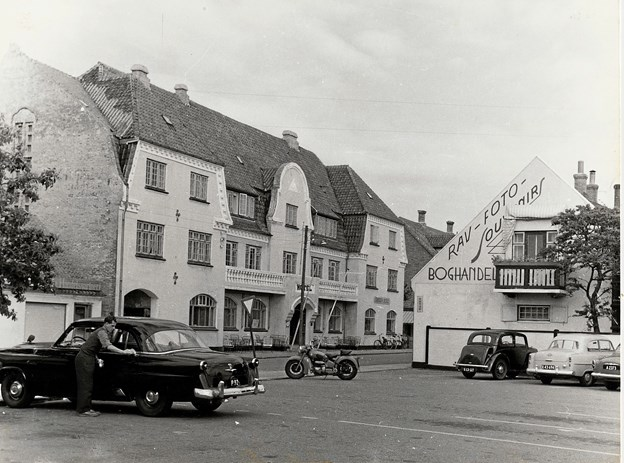 Karsten Petersen havde sit snedkerværksted på hovedgaden, hvorfra han ved talrige knopskydninger opbyggede sin hotelvirksomhed. Efter en totalombygning fremstod Karstens Hotel som byens førende med koncertsal og kunstneratelier indtil nedrivningen i midten af 1960'erne.