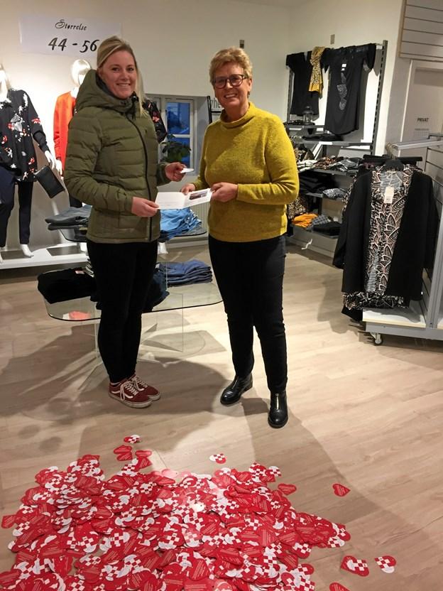 Her overrækker Gitte Rørbæk-Løcke fra Sæby Handel gavekortet til den heldige vinder, Line Pedersen, Sæby.Privatfoto