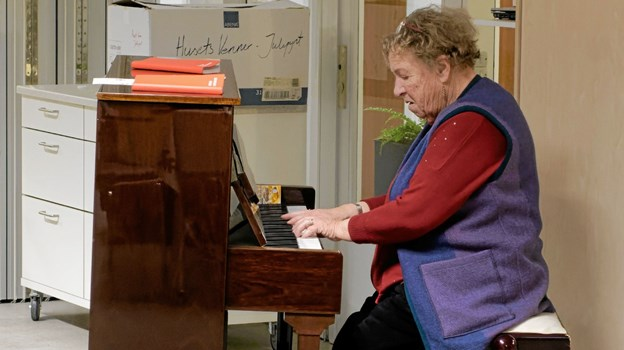 Den første aften underholder den livlige og sprudlende klavervirtuos Jutta Engberg på det fine flygel i Flygelstuen. Foto: Niels Helver Niels Helver