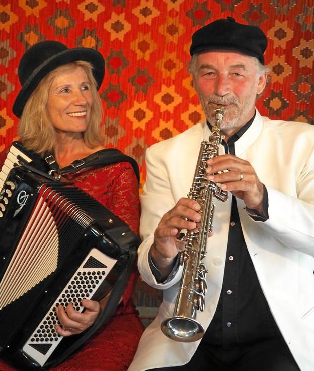 Klezmerduo består af Ann-Mai-Britt Fjord og Henrik Bredholt på hhv. harmonika og saxofon. Foto: Mario Jagniewski