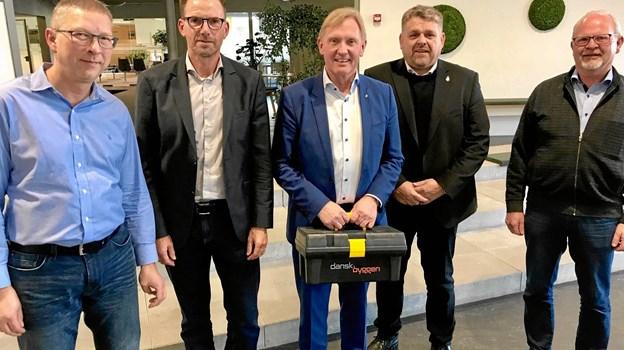 Borgmester Per Bach Laursen - omringet af repræsentanter fra Dansk Byggeri til møde på rådhuset i Aars.  Privatfoto