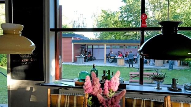 Fra den hyggelige stue er der udsigt til den nye terrasse. Foto: Niels Helver Niels Helver