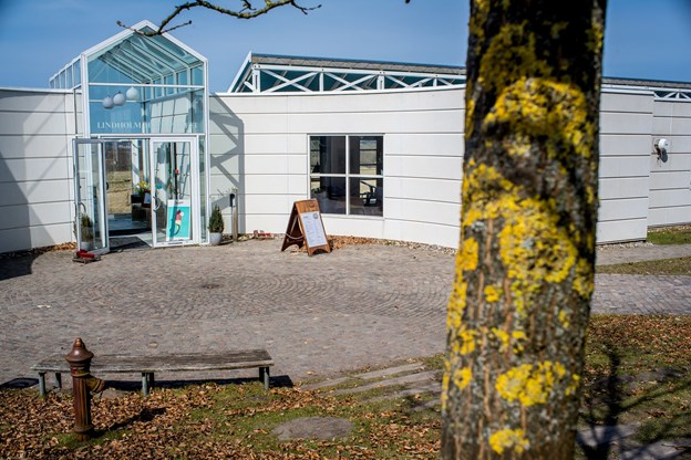 Her ses indgangen til Lindholm Høje Museet og Café Lindholm.