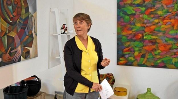 Kathleen Girvan, der har boet i Uganda i 15 år, holdt åbningstalen ved ferniseringen på Galleri Glocal Art. Foto: Jørgen Ingvardsen