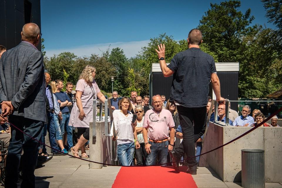 Forstander på Blå Kors Hjemmet i Hobro Lars Thiedemann Jensen byder gæsterne velkommen ved den røde løber op til aktivitetshuset, som man har ventet på i otte år.