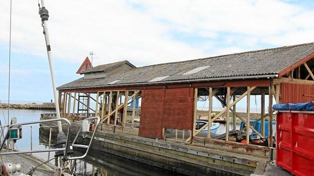 Den gamle auktionshal ligger smukt på havnen i Asaa. Den skal nu renoveres for et større beløb. Foto: Jørgen Ingvardsen Jørgen Ingvardsen
