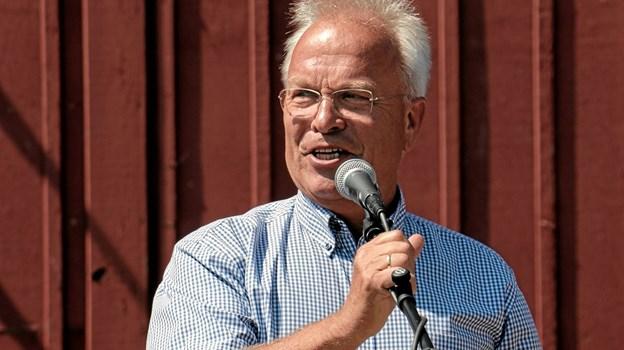 Peter E. Nielsen åbnede i sin egenskab af formand for Ålbæk Handels- & Håndværkerforening havnefesten. Foto: Peter Jørgensen Peter Jørgensen