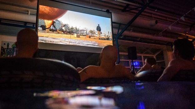 Kultfilmen Dødens Gab blev vist på storskærm i en mørklagt svømmehal. Det er events som denne, Nørresundby Idrætscenter vil satse på fremover. Foto: Nicolas Cho Meier
