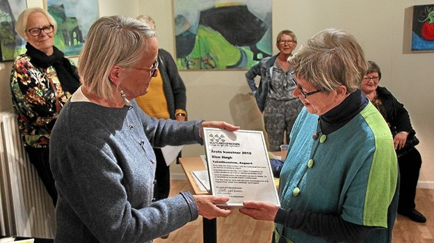 Else Høgh Pedersen blev udnævnt til årets kunstner. Fra venstre er det Grete Johansen som overrækker diplomet til Else Høgh Pedersen. Foto: Hans B. Henriksen