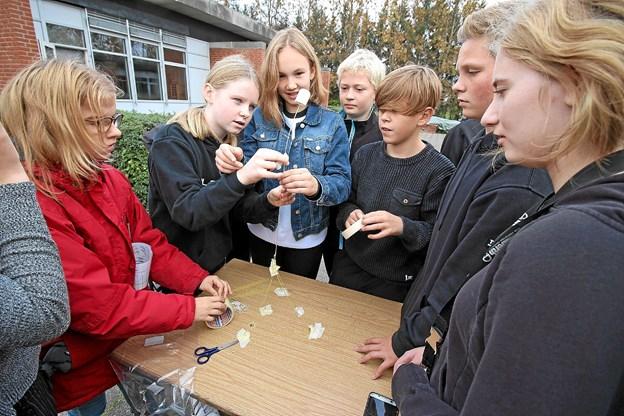 Ud af spaghetti skulle eleverne lave et tårn på mindst 40 cm. Det skulle være så stærkt, at det kunne bære en skumfidus. Foto: Jørgen Ingvardsen