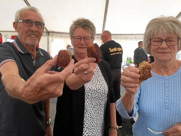 Hjørrings tre bedste frikadeller blev kåret lørdag. De præsenteres her af - fra venstre - Frede Steenskrog, Annette Frederiksen og Alice Meier. Privatfoto