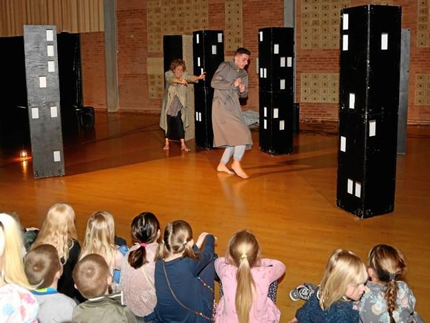 I Østervrå blev der danset på livet løs, da holdet fra Uppercut Danseteater slog vejen forbi Kulturhuset med forestillingen 'Body parts'
