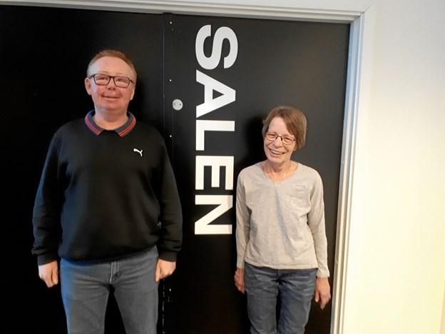 Ole Frisk Hansen og Elsebet Mcmanus fra Skagen Nærradio foran Salen på Kappelborg, hvor koncerten finder sted. Foto: Marianne Isen.