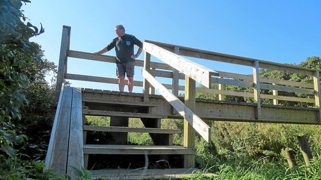 Jens Wilsom er glad for broen med cykelrampe til venstre, og han håber flere vil få glæde af den. Foto: Kirsten Olsen