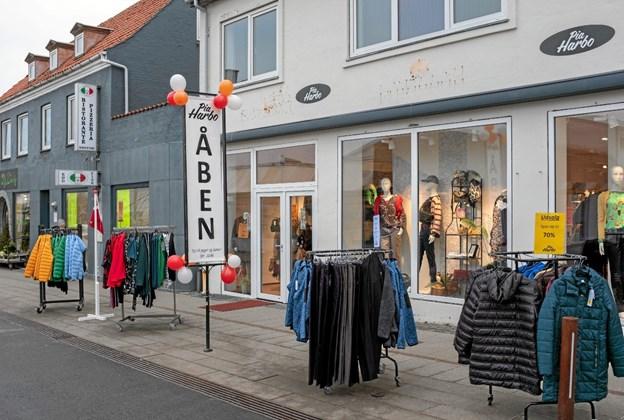 Dametøjsforretningen Pia Harbo er flyttet fra Nørregade 3 til 11 og har dermed fået et dobbelt så stort butiksareal. Foto: Niels Helver