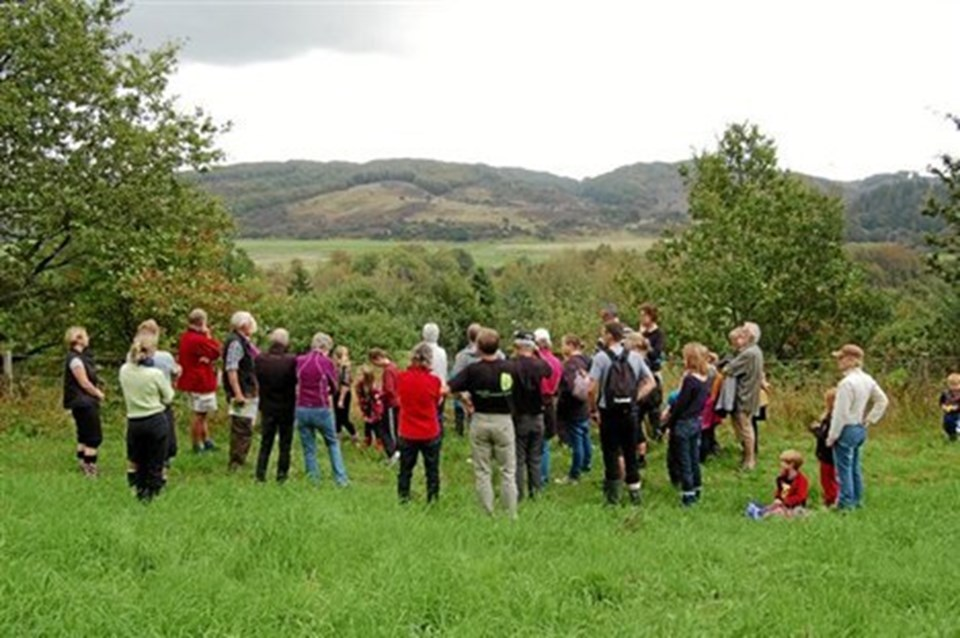 Omkring 50 i alle aldre var mødt frem til Naturens Dag ved Thingbæk Kalkminer. Privatfoto