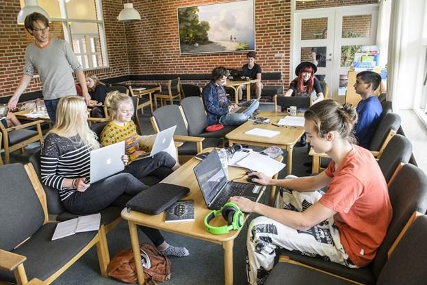Det er 15. gang Brønderslev Forfatterskole byder velkommen til sommerskolen, hvor der, som her i 2015, er plads til at trylle med ord, knytte venskaber og blive en del af et netværk. ?Arkivfoto: Peter Broen