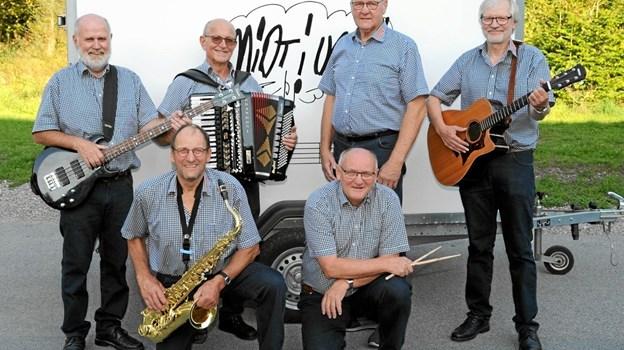 """Det 6-mands store band """"Midt i Ugen"""" spiller onsdag den 31. juli. Foto: Privatfoto Privatfoto"""