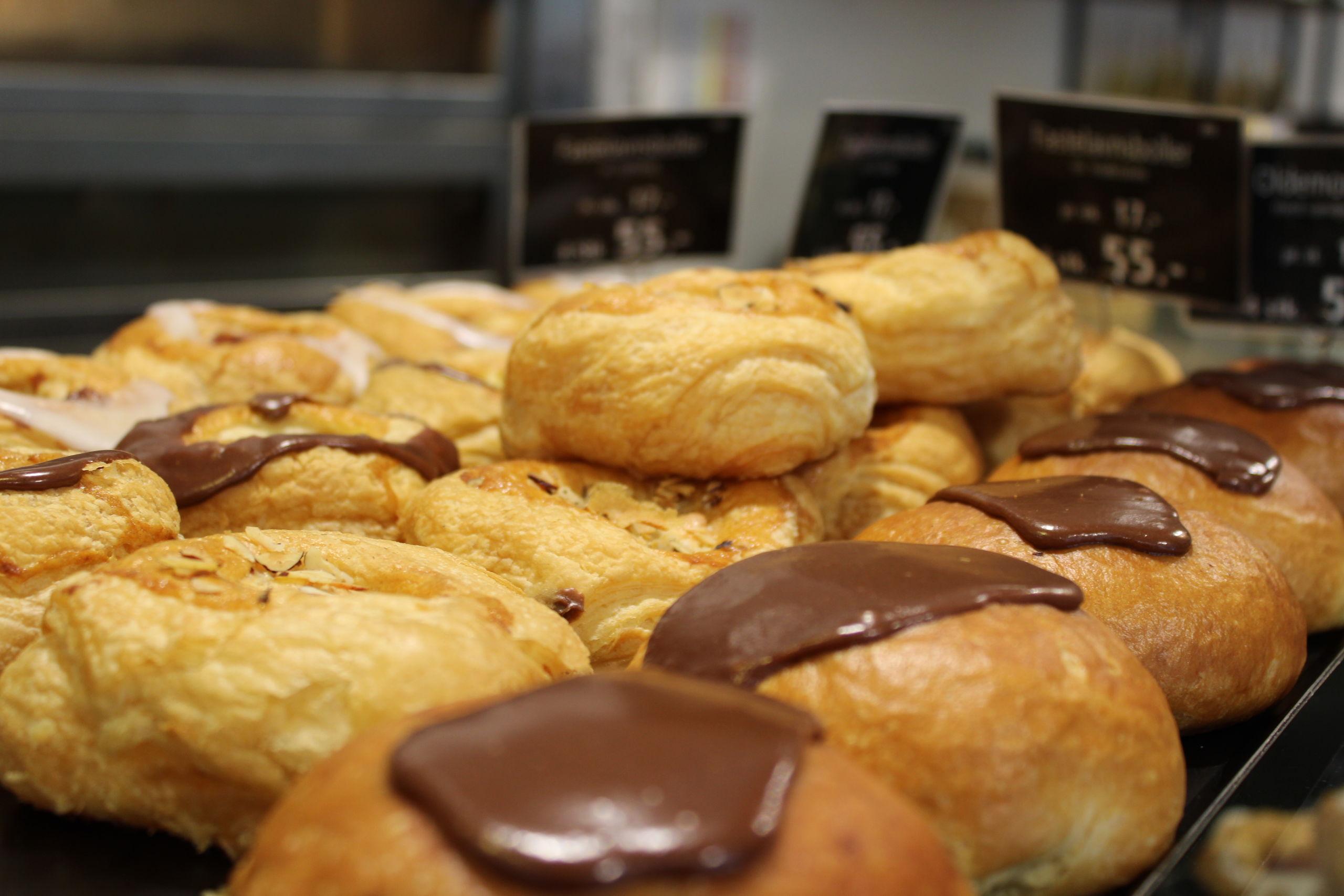 Sallings café i Algade byder på forskellige varianter af fastelavnsboller fra stormagasinets bageri. Foto: Pauline Vink