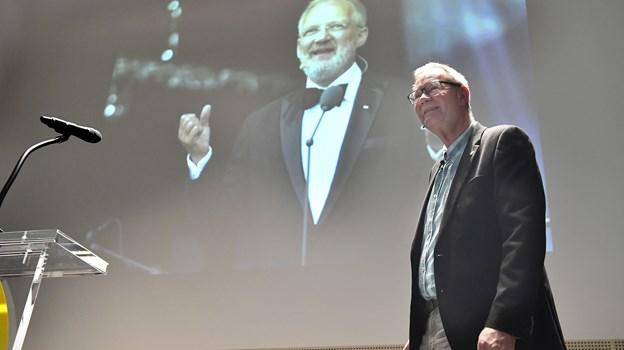 En glad revydirektør, Henrik 'Baloo' Andersen kunne på fredagens pressemøde afsløre, at Preben Kristensen er på revyholdet i 2019. Foto: Bente Poder