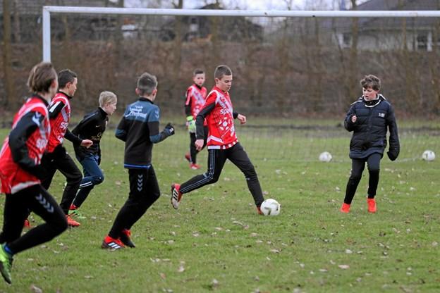 Omkring 100 spillere fra U10 til U13 var mødt op til standerhejsningen. Foto: Allan Mortensen Allan Mortensen