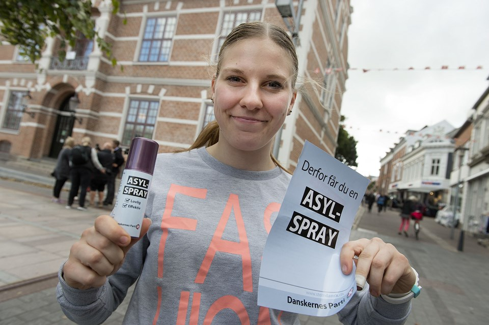 Annette Mikkelsen tog også imod sprayen fra Danskernes Parti. Foto: Torben Hansen