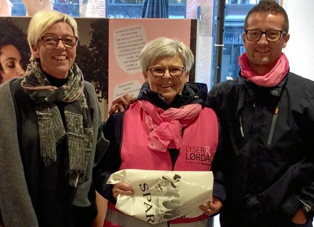 Her ses Fie Mølholt sammen med handelschef Dan Kobberup og butiksindehaver Spar Dame, Anette Meyer Jacobsen. I Spar Dame blev der indsamlet næsten 12.000 kroner.