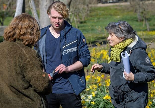 Ellen Ræbild, til venstre, underviste rosenfolket sammen med Carl Johan Gleerup, som uddaner sig til anlægsgartner på Frederikshavn Kirkegård, og Merete Møller, som er formand for den nordjyske rosenkreds.  Foto: Peter Broen. Peter Broen
