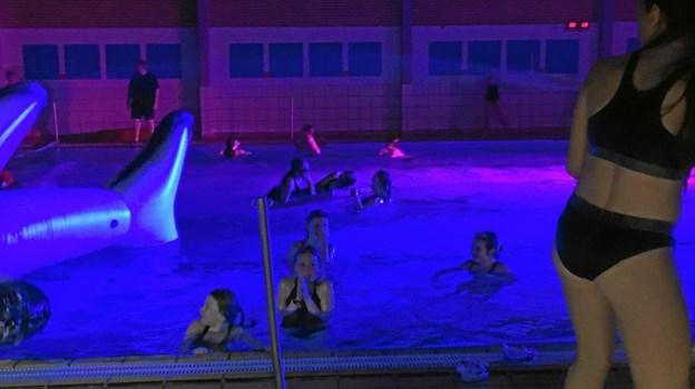 Der var masser af fest og hygge i svømmehallen, da de unge rykkede ind for at feste en hel aften sammen med deres kammerater og en masse andre unge, de endnu ikke kendte.  Privatfoto