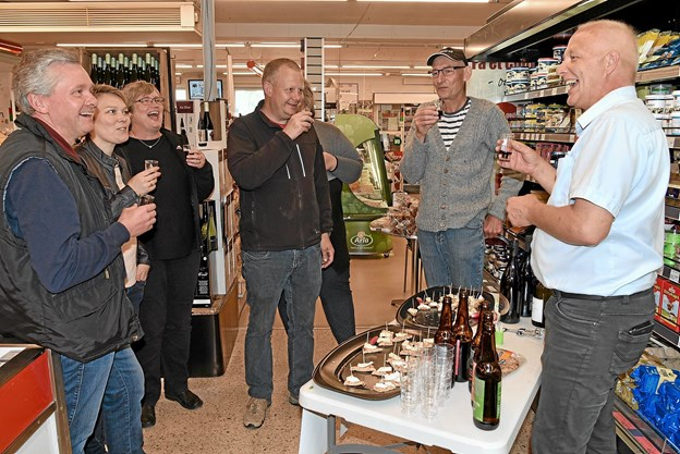 Siden generalforsamlingen i foråret 2017 har bestyrelsen haft forskellige tiltag for at skærpe interessen for Dagli'Brugsen og for at lægge større handel i butikken. Billedet er fra et vinsmagnings arrangement.   Arkivfoto: Niels Helver