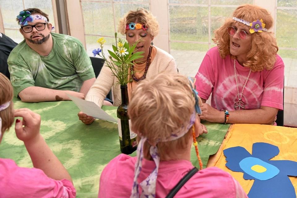 Alle var klædt i flower power tøj med tilhørende symboler fra hippietiden. Foto: Niels Helver Niels Helver