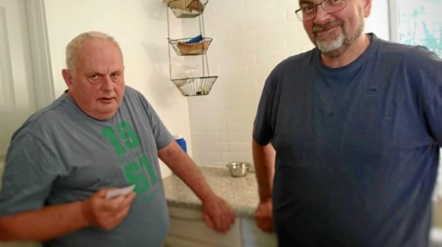 Formanden for Hadsten Fjerkræavlerforening, Thorkild Pedersen til venstre udveksler erfaringer med den lokale fjerkræformand, Verner Glintborg. Foto: Dorit Glintborg.